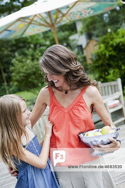 Mutter und Tochter mit Apfelschale
