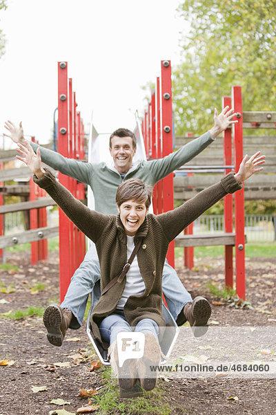 Mann und Frau beim Spielen im Park Mann und Frau beim Spielen im Park