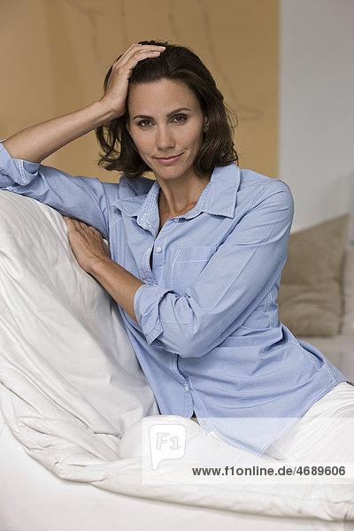 Frau trägt blaue Bluse
