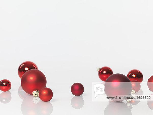 Weihnachtsdekoration  Christbaumkugeln aus rotem Glas