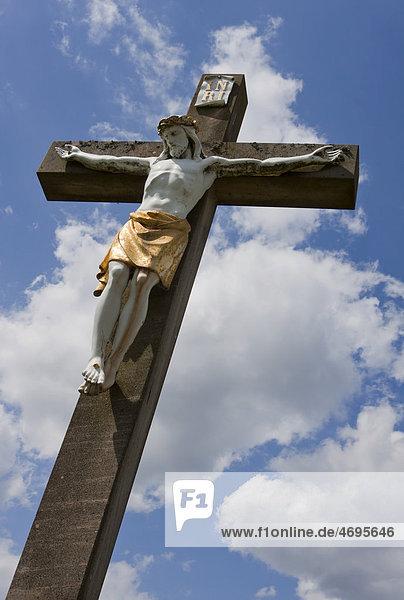Kruzifix  Wegekreuz gegen blauen Himmel mit weißen Wolken  Rheinland-Pfalz  Deutschland  Europa