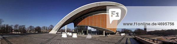 Panoramaaufnahme  Haus der Kulturen der Welt im Berliner Tiergarten  mit Bronzeskulptur Large Divided Oval: Butterfly von Henry Moore  ehemalige Berliner Kongresshalle Schwangere Auster  Berlin Tiergarten  Berlin  Deutschland  Europa