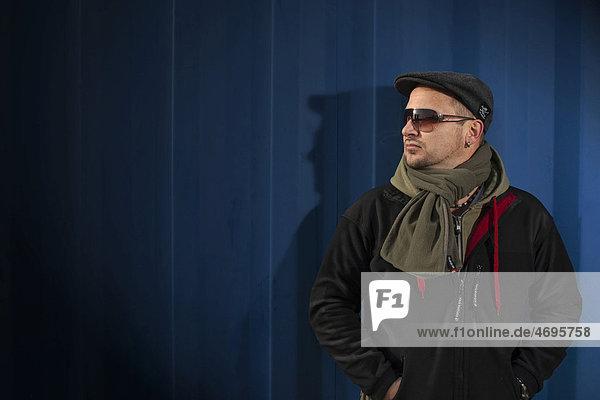 Mann mit Kappe  Schal und Sonnenbrille