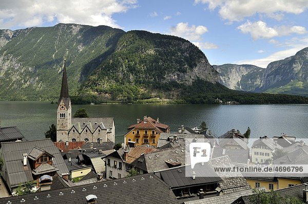City view of Hallstatt on Hallstaetter See lake  UNESCO World Heritage Site  Salzkammergut  Alps  Upper Austria  Austria  Europe