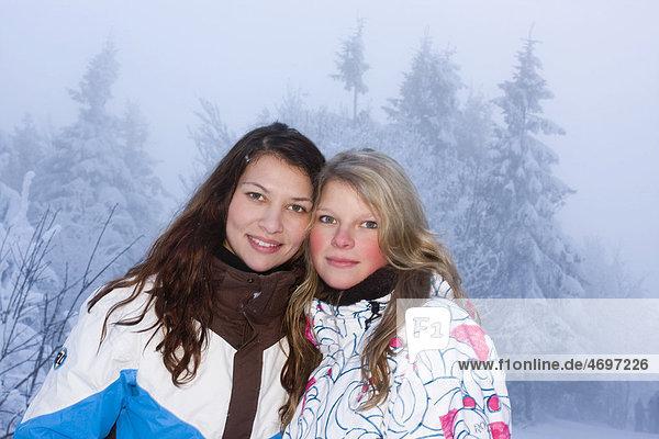 Zwei junge Frauen  20 und 21 Jahre  im Winter