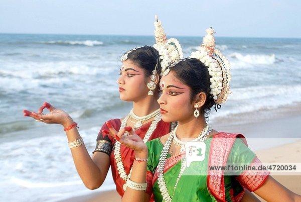 Dancers performing classical traditional odissi dance   Konarak   Orissa   India MR 736D 736C