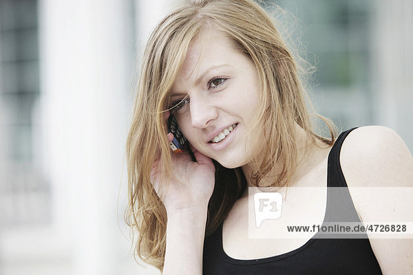 Young woman speaking on her mobile phone  smiling