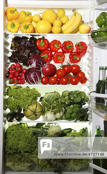Kühlschrank gefüllt mit vielen Gemüsen und Obst