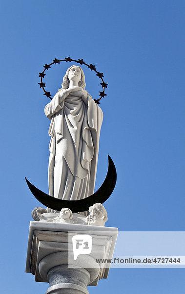 Statue der Schutzheiligen Maria Virgen de Regla an der Sandsteinkirche im Zentrum der andalusischen Stadt Chipiona  Spanien  Europa
