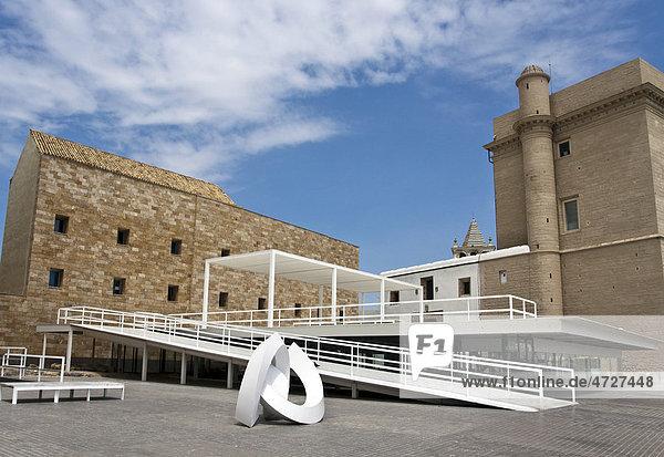 Moderner Anbau an der Iglesias Santiago Apostol in der andalusischen Stadt Cadiz  Spanien  Europa