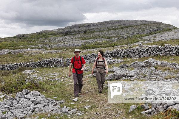 Wanderer im Burren Nationalpark  County Clare  Republik Irland  Europa