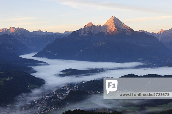 Blick von Kneifelspitze über Berchtesgaden zum Watzmann  morgens  Berchtesgadener Alpen  Berchtesgadener Land  Oberbayern  Bayern  Deutschland  Europa