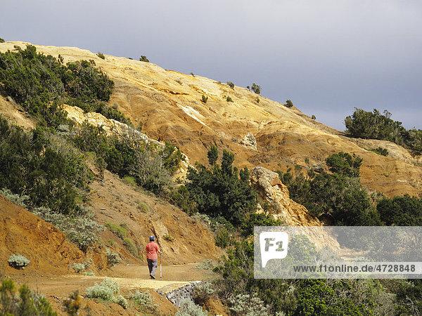 Wandernde Frau in erodierter Landschaft  Cumbre de Chijere bei Vallehermoso  La Gomera  Kanaren  Spanien  Europa