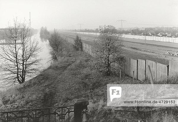 Blick über die Berliner Mauer 1985  Panorama mit Todesstreifen  Kanal und Feldern im Herbstnebel  Berlin  Deutschland  Europa Blick über die Berliner Mauer 1985, Panorama mit Todesstreifen, Kanal und Feldern im Herbstnebel, Berlin, Deutschland, Europa