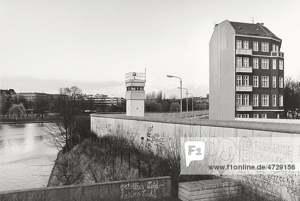 Blick über die Berliner Mauer 1985  allein stehendes Wohnhaus neben Wachturm angrenzend an den Todesstreifen  Berlin  Deutschland  Europa Blick über die Berliner Mauer 1985, allein stehendes Wohnhaus neben Wachturm angrenzend an den Todesstreifen, Berlin, Deutschland, Europa