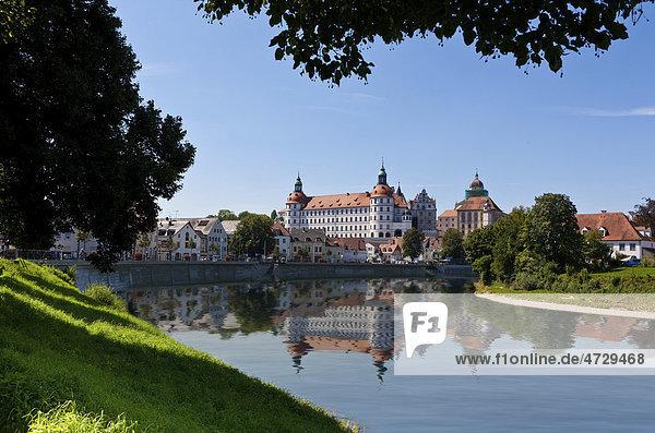 Blick über die Donau auf Schloss Neuburg  Neuburg an der Donau  Bayern  Deutschland  Europa