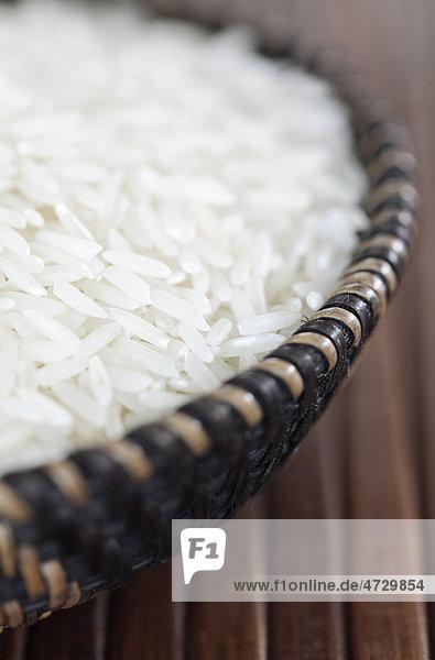 Basmati-Reis in Flechtkorb