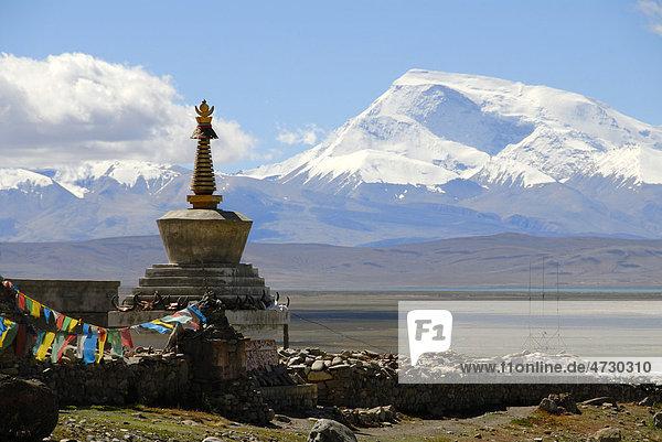 Tibetischer Buddhismus  Stupa  Chörten  Pilgerort Darchen  schneebedeckter Berg Gurla Mandhata  Kailash Region  Himalaja  Himalaya  Autonomes Gebiet Tibet  Volksrepublik China  Asien