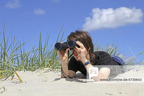 Junge mit Fernglas  Südstrand  Borkum  ostfriesische Insel  Ostfriesland  Niedersachsen  Deutschland  Europa