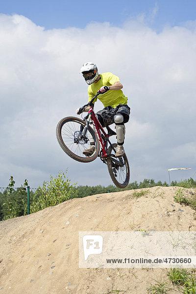 Biker springt mit Bike