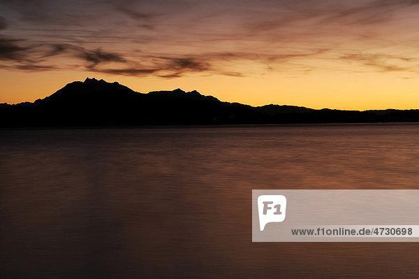 Wolkenstimmung über dem Zugersee  hinten der Pilatus  Zug  Zentralschweiz  Schweiz  Europa