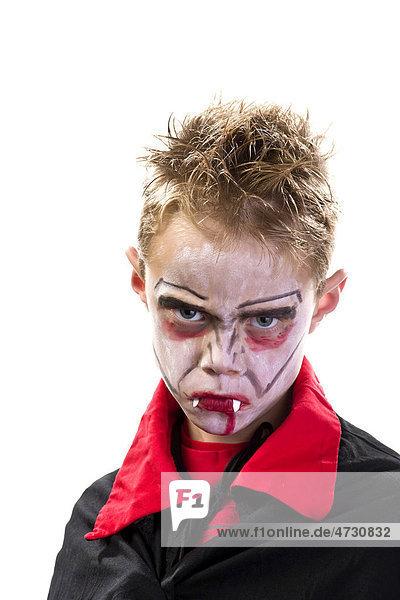 Ein Junge  7 Jahre  geschminkt und verkleidet als Vampir