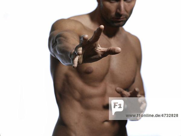 Athletischer Mann  Oberkörper  Hände