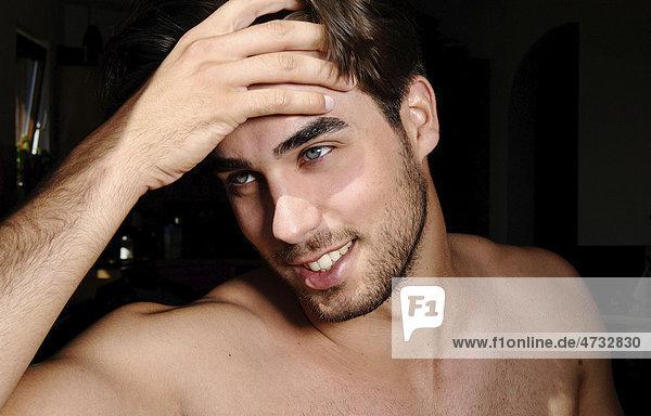 Beautyportrait eines jungen Mannes im Sonnenlicht