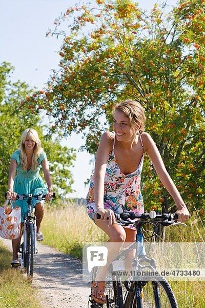Zwei junge Frauen Radfahren