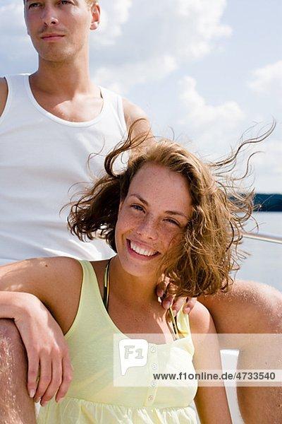 Portrait von paar entspannenden in Boot am Meer