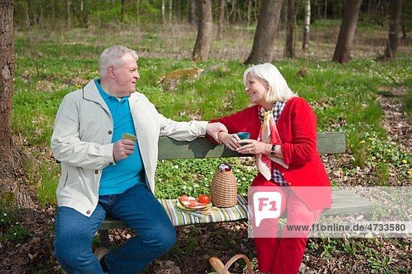 älteres Paar Essen im park