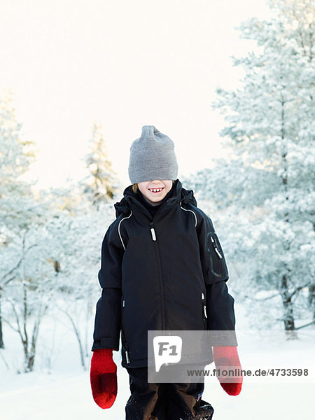 Boy tragen wooly Hut in Winterlandschaft