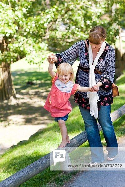Mutter UNTERSTÜTZUNGSBEHÖRDEN Tochter Wandern am Geländer im zoo