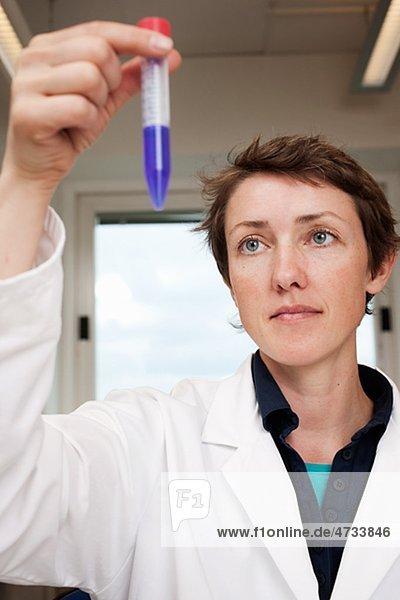 Wissenschaftler hält Reagenzglas