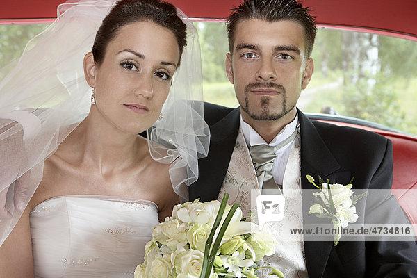 Braut und Bräutigam in Auto