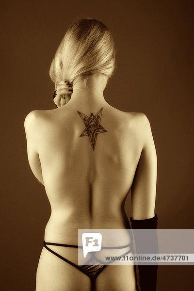 Tattoo nackte frau