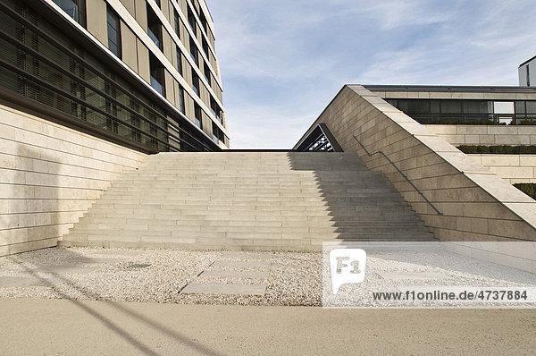 Freitreppe mit Bürogebäude  München  Bayern  Deutschland  Europa
