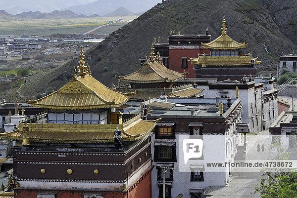 Blick auf die goldfarbenen Dächer  Kloster Tashilhunpo  Shigatse  Tibet  China  Asien