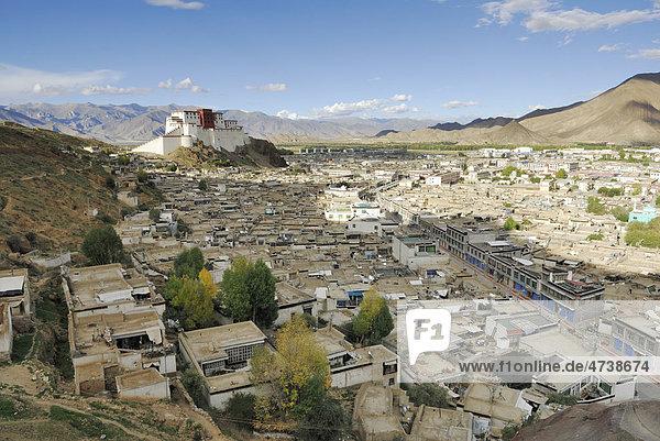 Blick auf die Altstadt und den wiederaufgebauten Dzong von Shigatse  Shigatse  Tibet  China  Asien