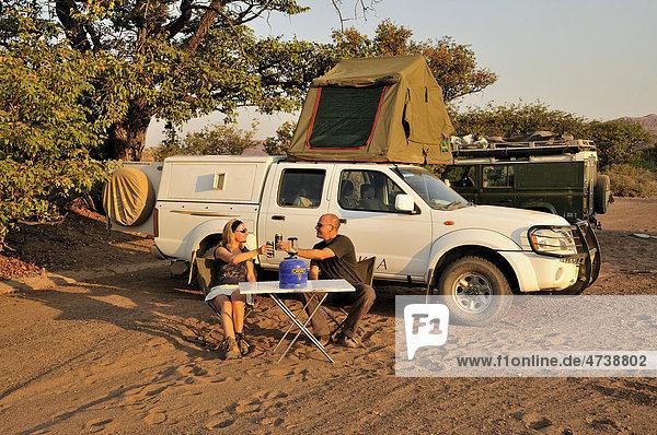 Touristen vor ihrem Camping-Fahrzeug  bei Twyfelfontein  Damaraland  Namibia  Afrika