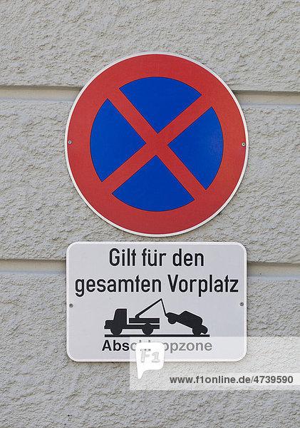 Verbotsschild  Absolutes Halteverbot  gilt für den gesamten Vorplatz  Abschleppzone mit Piktogramm Abschleppwagen