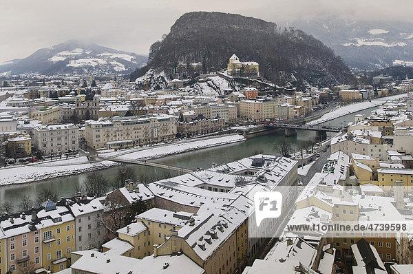 Blick vom Mönchsberg auf das winterliche rechte Salzachufer mit Kapuzinerberg und Kapuzinerkloster  Unesco Weltkulturerbe  Salzburg  Österreich  Europa