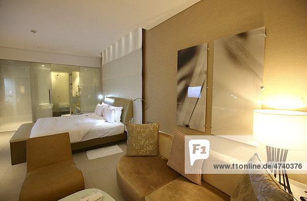Hotelzimmer  Yas-Hotel auf Yas Island  futuristisches Luxushotel inmitten der Formel 1 Rennstrecke von Abu Dhabi  Vereinigte Arabische Emirate  Naher Osten