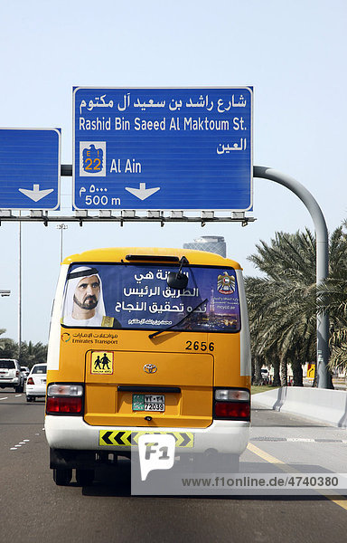 Schulbus mit dem Bild von Muhammad bin Raschid Al Maktum  dem Herrscher des Emirat Dubai  hier auf einer Autobahn in Abu Dhabi  Vereinigte Arabische Emirate  Naher Osten