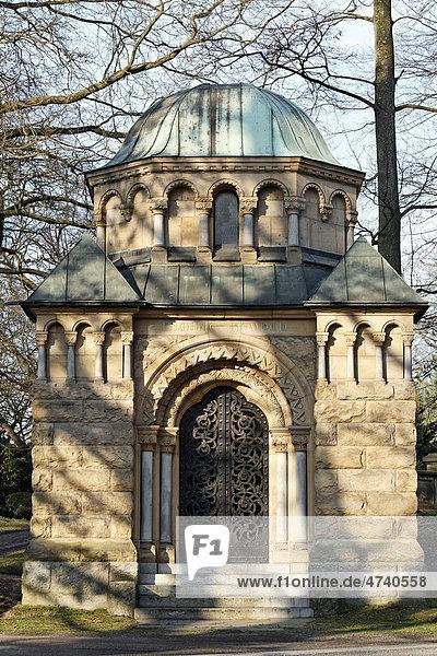 Pompöses Mausoleum der Familie Heynen  um 1920  Nordfriedhof Düsseldorf  Nordrhein-Wesrtfalen  Deutschland  Europa