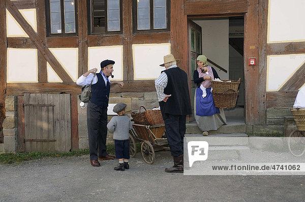 Familie in der Kleidung der 30er Jahre auf dem Weg zur Pflaumenernte  Europapark bei Neu-Anspach  Hochtaunuskreis  Hessen  Deutschland  Europa