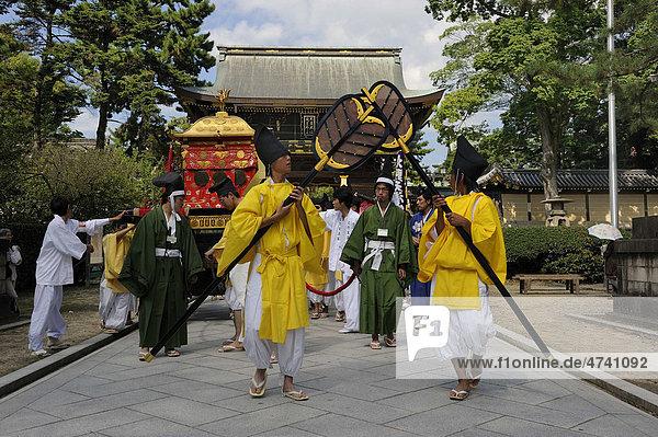 Prozession zum Schreinfest  Matsuri  hinten das Torhaus vom Kintano Tenmango Schrein  Kyoto  Japan  Asien