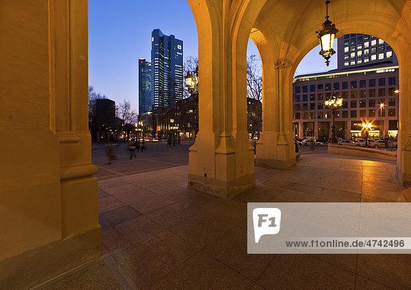 Blick von der Alten Oper Frankfurt auf die Deutsche Bank  Frankfurt  Hessen  Deutschland  Europa