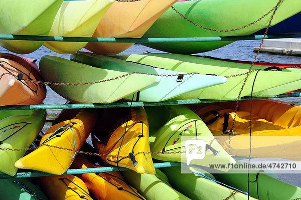 Kanus am Strand in gelb und grün  Puerto de Pollensa  Port de Pollenca  Mallorca  Majorca  Balearen  Balearische Inseln  Mittelmeer  Spanien  Europa