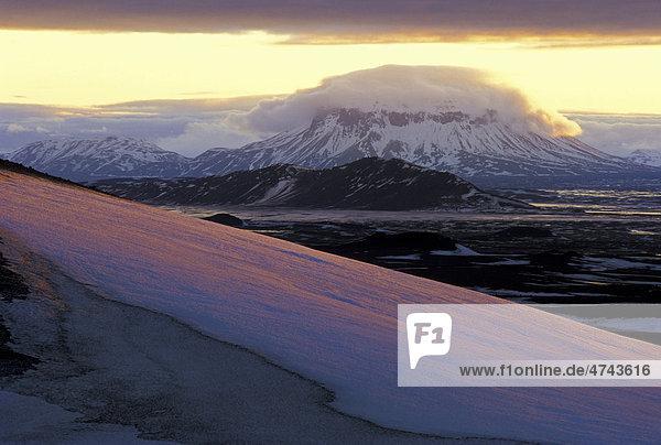 Der Tafelvulkan Her_ubrei_ in Nordisland  Island  Europa